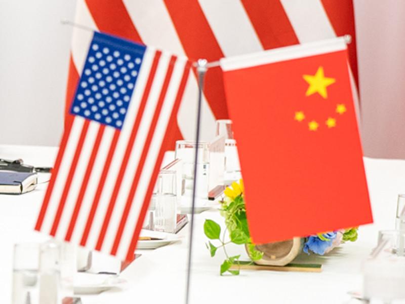 Администрация США изучает возможность ограничить поток портфельных инвестиций в Китай и потребовать делистинга китайских компаний с американских фондовых бирж, передает ТАСС со ссылкой на агентство деловых новостей Bloomberg