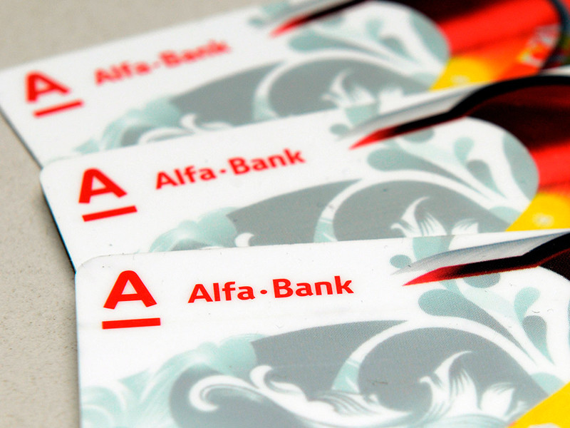 Альфа-банк массово заблокировал «скомпрометированные» карты клиентов