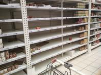 """Неделей ранее в магазинах люди массово закупали тушонку (на фото - полки в """"Ашане"""", 15 марта). На прошедших выходных ажиотажа не наблюдалось, все было в наличии"""