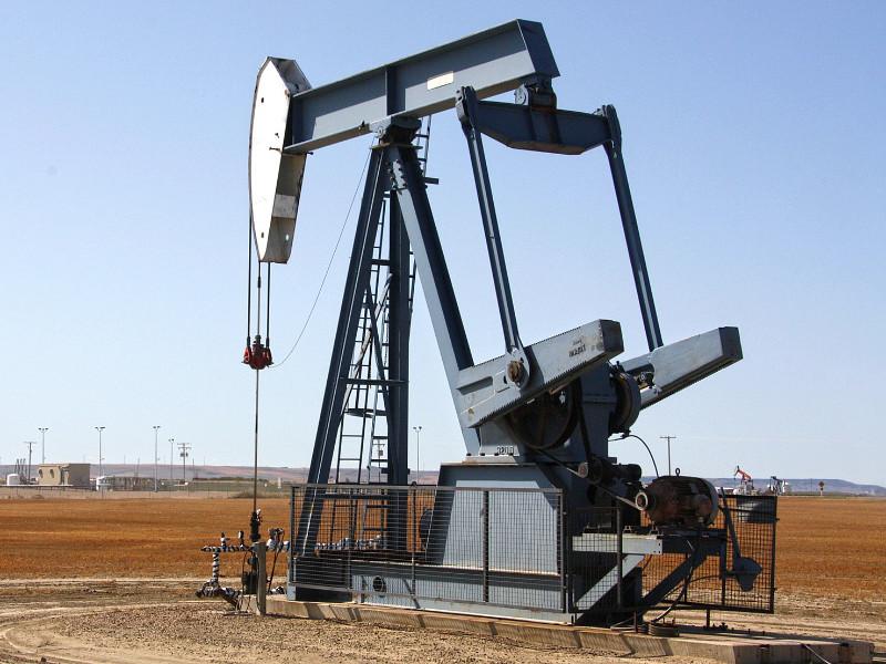 Неделя началась с очередного обвала цен на нефть, а рубль пока все так же — у порога в 82 за доллар, несмотря на вливания ЦБ