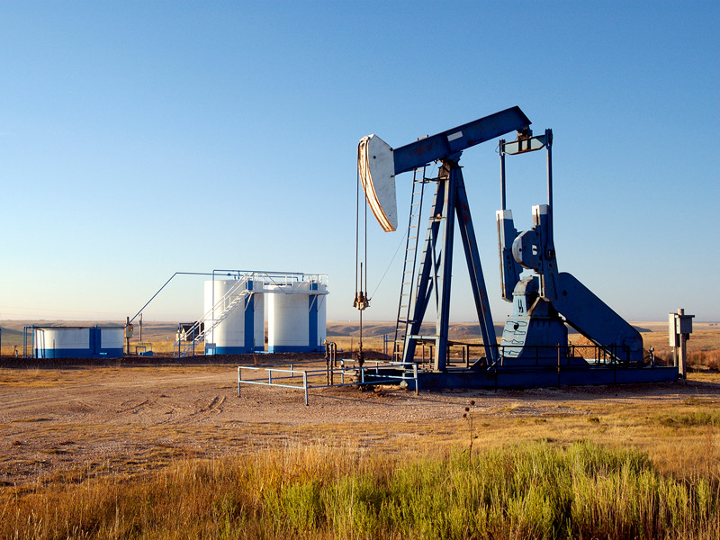 Цена нефти WTI с поставкой в мае на Нью-Йоркской товарной бирже впервые в истории стала отрицательной. Это значит, что производители платят покупателям за то, чтобы они забирали нефть