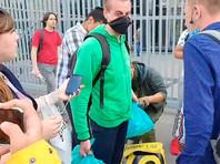 Несколько курьеров сервиса с фирменными сумками и в зеленых поло протестуют против невыплаты зарплаты с мая, а также требуют отменить систему штрафов и пересмотреть трудовые договоры. Кроме того, бастующие требуют восстановить курьеров, уволенных во время пандемии
