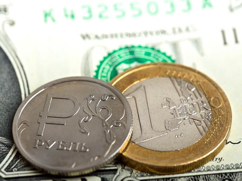 Вечером во вторник рубль заметно усилил падение к доллару и евро