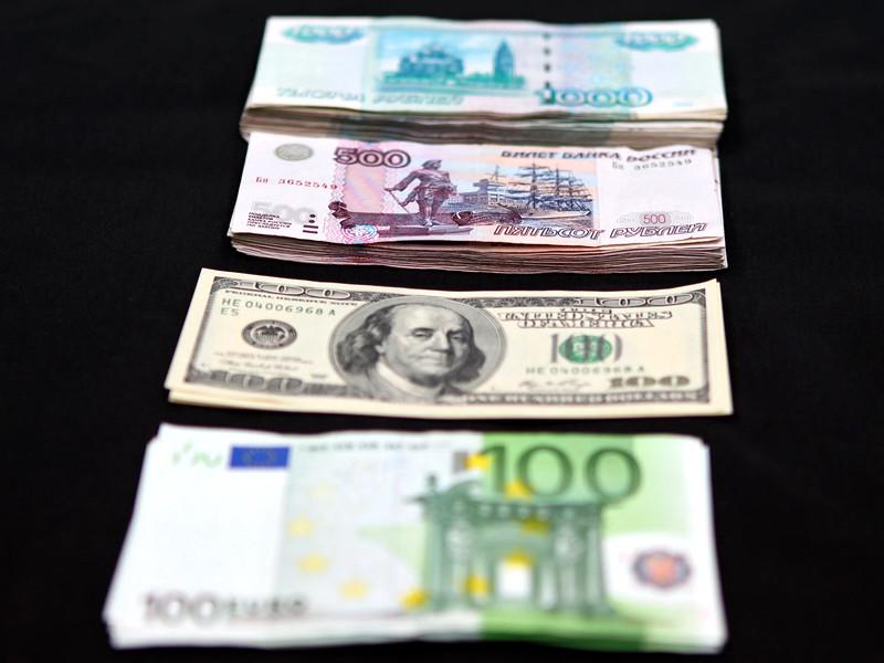 """Рубль возобновил падение к доллару и евро на фоне дешевеющей нефти и """"коронавирусного"""" Трампа"""