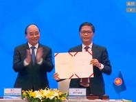 Это крупнейшее в мире соглашение о свободной торговле соглашение подписано в рамках состоявшегося в Ханое под председательством Вьетнама в режиме телемоста саммита Ассоциации государств Юго-Восточной Азии (АСЕАН)