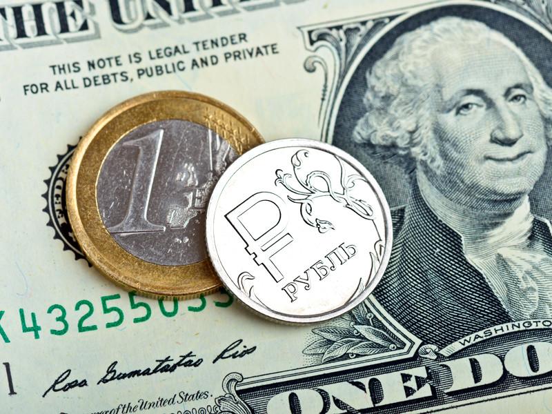 В пятницу вечером рубль продолжил дешеветь к доллару и евро