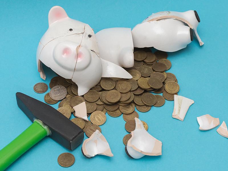 Россияне начали проедать сбережения и брать больше кредитов в условиях падения уровня доходов
