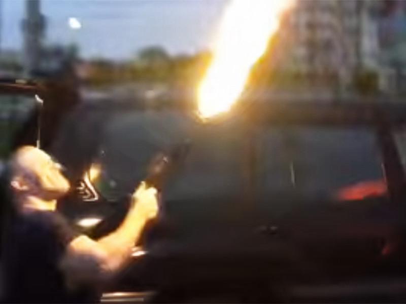 Полицейские Хабаровского края возбудили уголовное дело в отношении четырех мужчин, подозреваемых в дерзком хулиганстве. Злоумышленники открыли огонь из автомата Калашникова перед ночным клубом, а затем опубликовали ролик со стрельбой в интернете