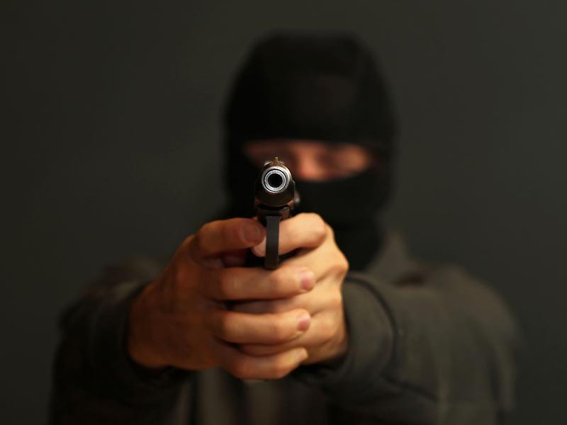 Со слов очевидцев, мужчина в маске ворвался в здание и побежал к кассе, пишет 59.ru. Угрожая кассиру пистолетом, он похитил 4 миллиона рублей и выбежал на улицу, где его в такси ожидал сообщник