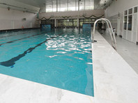 В Австрии чиновники закрыли доступ в бассейн всем беженцам после изнасилования там девочки
