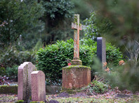 Прямо на кладбище злоумышленник надругался над престарелой жительницей города Иббенбюрен, пришедшей на могилу своей сестры