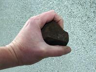 В Минводах подросток и женщина кидали камни в гаишников и избили их