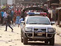В ходе столкновений применялись палки и ножи, причем десятки человек получили ранения