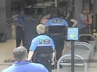 В США опубликовано ВИДЕО жесткого задержания в аэропорту 19-летней пациентки онкологической клиники