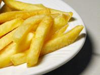 Американский полицейский арестовал женщину, съевшую три ломтика картошки фри из его тарелки