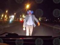 В Петербургском районе Купчино клоун с вантузом в руках напал на двигавшийся по дороге автомобиль. Это первое проявление в России жутковатого тренда, охватившего множество стран