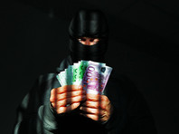 Двое злоумышленников в масках вынудили шофера арабских женщин остановиться на автозаправочной станции и выйти из машины. Затем грабители распылили слезоточивый газ и вытащили из багажника личные вещи женщин, в частности их драгоценности. Суммарный ущерб оценен в 5 миллионов евро