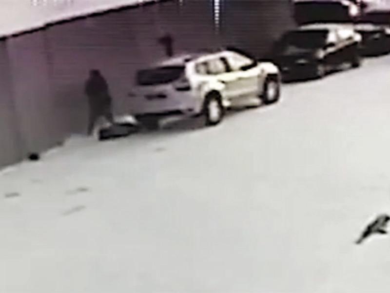 Следственный комитет РФ обнародовал видеозапись стрельбы, произошедшей на входе в исправительное учреждение в Республике Коми. Установлено, что один из надзирателей из ревности застрелил своего коллегу, после чего совершил самоубийство