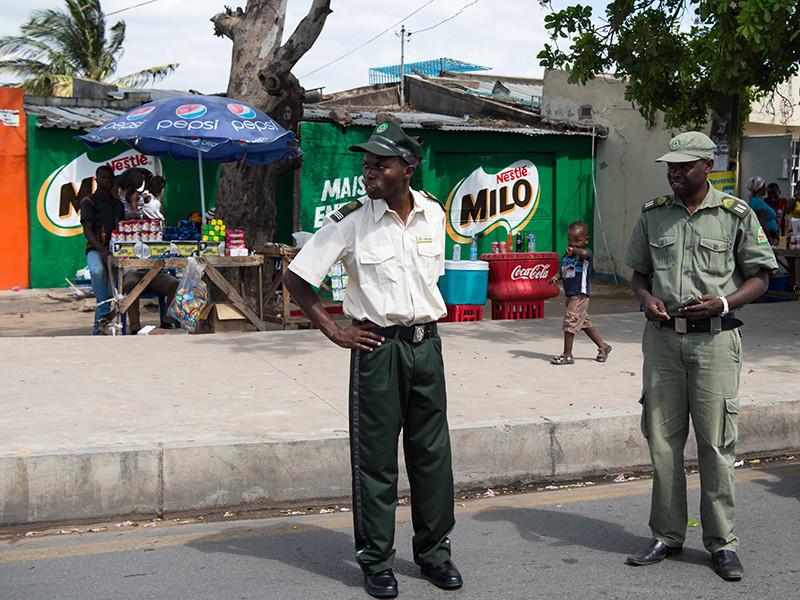 На курорте африканского государства Мозамбик расследуют убийство молодой австралийки Элли Уоррен. Перед смертью девушка, по одной из версий, подверглась сексуальному надругательству