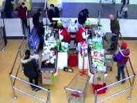 В Подмосковье 19-летний гастарбайтер протащил мимо кассы супермаркета два плазменных телевизора