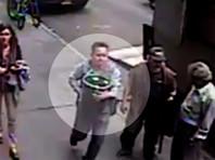 В Нью-Йорке по ВИДЕО ищут прохожего, похитившего из открытого инкассаторского броневика ведро золота