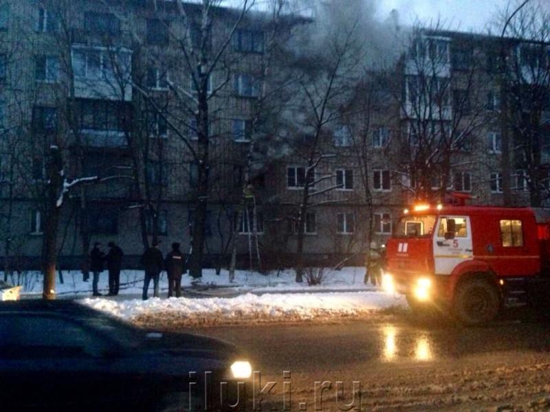 Полиция Великих Лук Псковской области выясняет обстоятельства пожара, возникшего в одной из квартир на почве хулиганской выходки