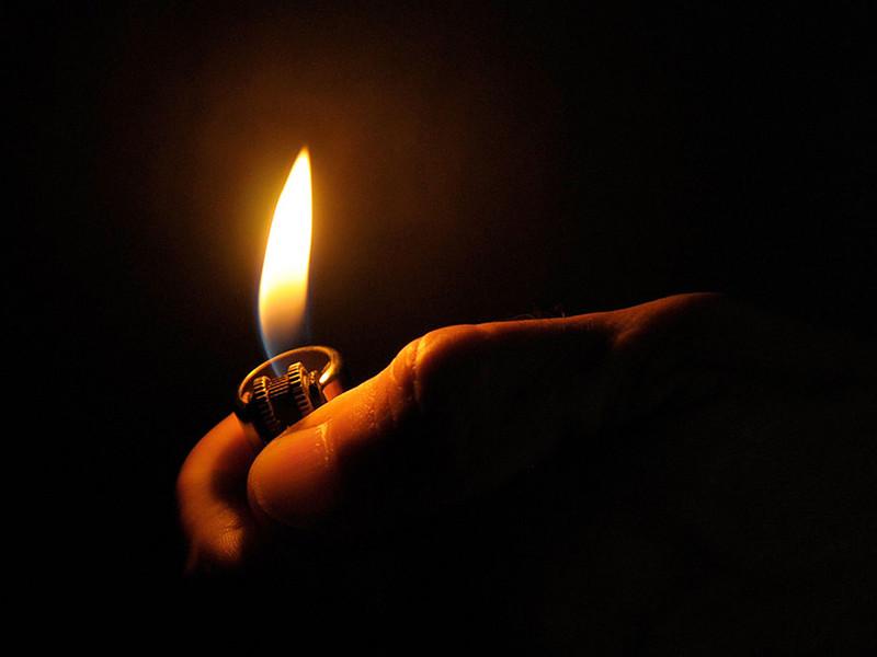 В Мурманской области вынесли приговор жителю поселка Ловозеро, который в порыве ревности облил спиртом и поджег свою возлюбленную, наделив ее ожогами по всему телу