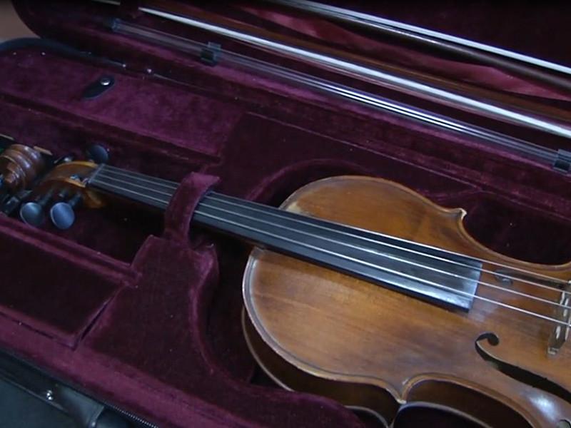 Полицейские Иркутска вернули молодому музыканту украденный у него струнно-смычковый инструмент