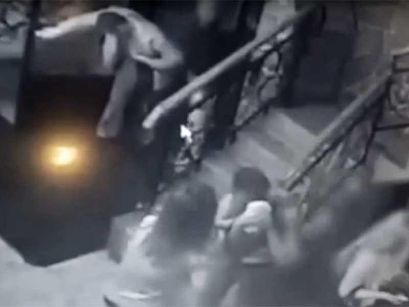 """Управление СК РФ по Самарской области обнародовало видеозапись """"рождественской"""" драки, произошедшей в кафе """"Старый замок"""". В ходе нее посетители кавказской внешности зарезали бывшего бойца полицейского спецназа и ветерана чеченской кампании"""