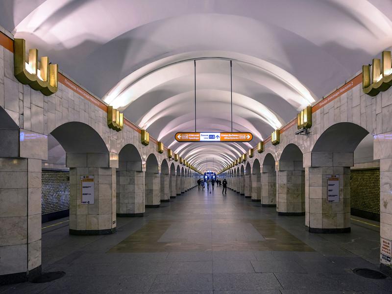 в петербурге мужчина толкнул знакомого на рельсы перед поездом метро