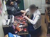 В Кузбассе цыган-трансвестит забрал у продавщицы магазина выручку и продукты под предлогом снятия порчи (ВИДЕО)