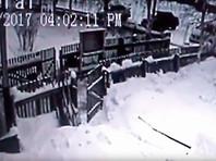 В ХМАО мужчина украл из поселковой администрации урну для пожертвований, в которой лежало 400 рублей (ВИДЕО)