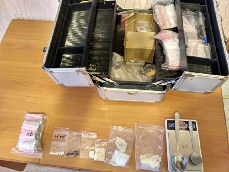 Сотрудники УФСБ по Свердловской области задержали в Нижнем Тагиле участницу межрегиональной преступной группы, которую подозревают в наркоторговле через интернет. У молодой женщины оперативники изъяли несколько килограммов наркотических веществ