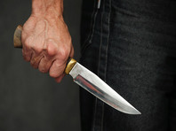 В ходе потасовки 36-летний мужчина достал нож и нанес им удары двум молодым людям в область грудной клетки. Пострадавшие были доставлены в медицинское учреждение, где 26-летний раненый скончался