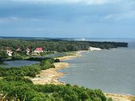 На пляже в Клайпеде мужчина с бородой оттаскал за волосы обнаженную женщину