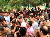 В Ташкенте сотни людей вышли на улицу после убийства 17-летнего студента-медика