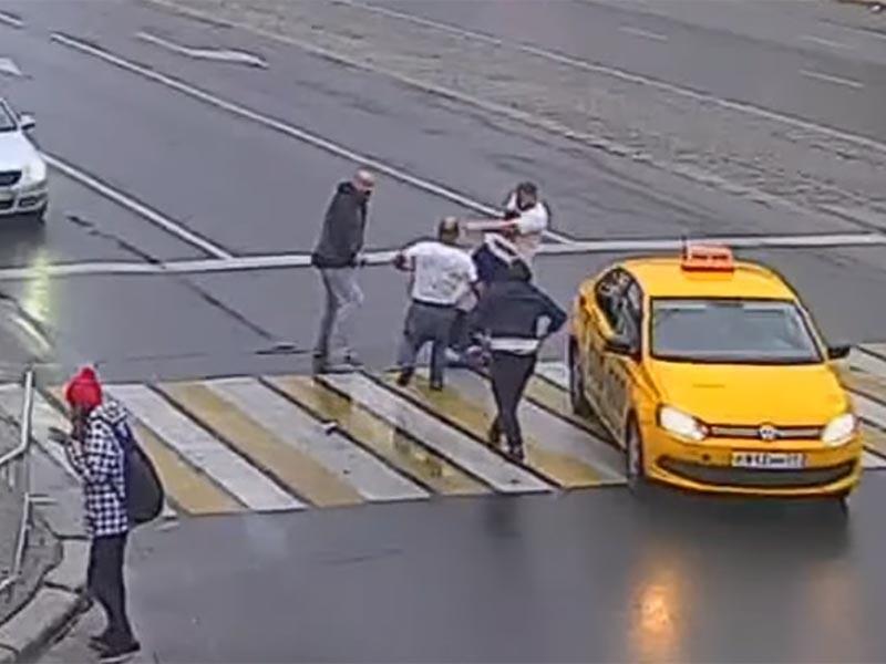 В Калининграде на проезжей части произошла драка пассажиров такси с пешеходами (ВИДЕО)