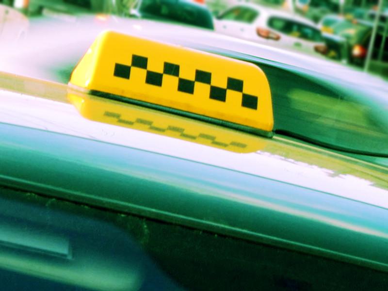 """В Хабаровске неизвестные устроили самосуд над одним из таксистов, которые вымазали в зеленке двух девушек, не оплативших проезд. """"Народные мстители"""" решили действовать аналогичным образом, заставив водителя такси размазать зеленку по своему лицу"""