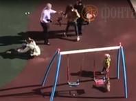 Петербурженка, выгуливая собаку, пнула ребенка на детской площадке и обожгла едким газом лицо его матери