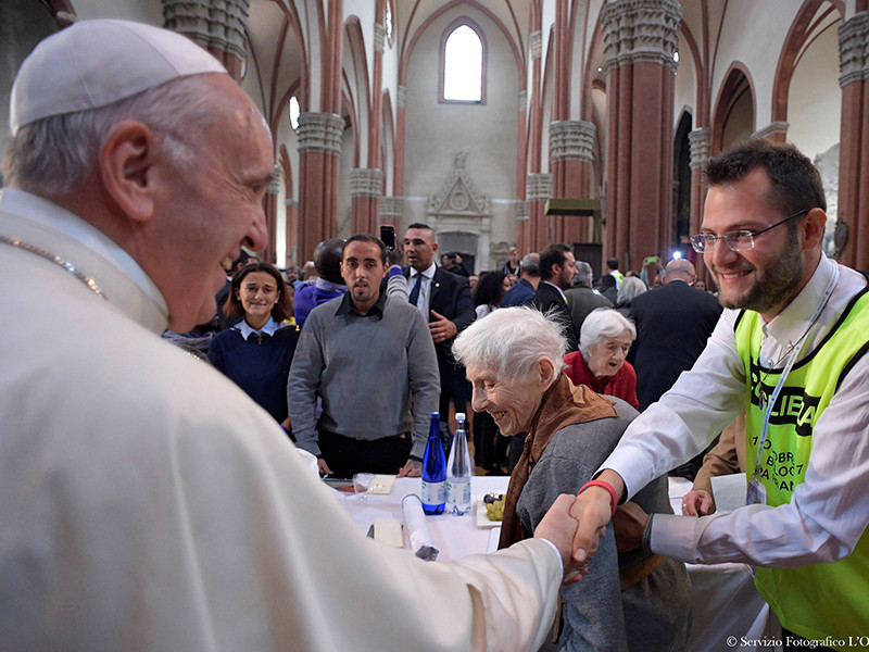 Для участия в благотворительном обеде в базилике были доставлены двадцать заключенных. При этом двое рецидивистов вместо того, чтобы отужинать за одним столом с понтификом, предпочли сбежать