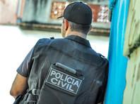 В бразильской аптеке полицейский застрелил грабителей, держа на руках своего сына