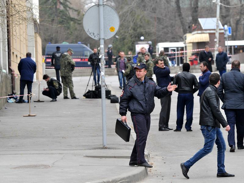 Сотрудники полиции и МЧС на месте взрыва у школы в Ростове-на-Дону, 6 апреля 2017 года