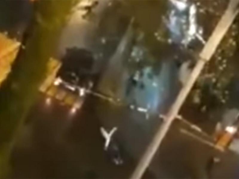 Во время драки, снятой на видеокамеру, злоумышленник сел за руль престижного автомобиля Mercedes Gelandewagen и стал давить своих противников