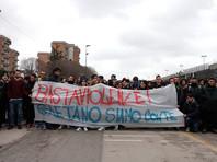"""В Неаполе тысячи жителей вышли на улицу, требуя защиты от """"детских банд"""""""