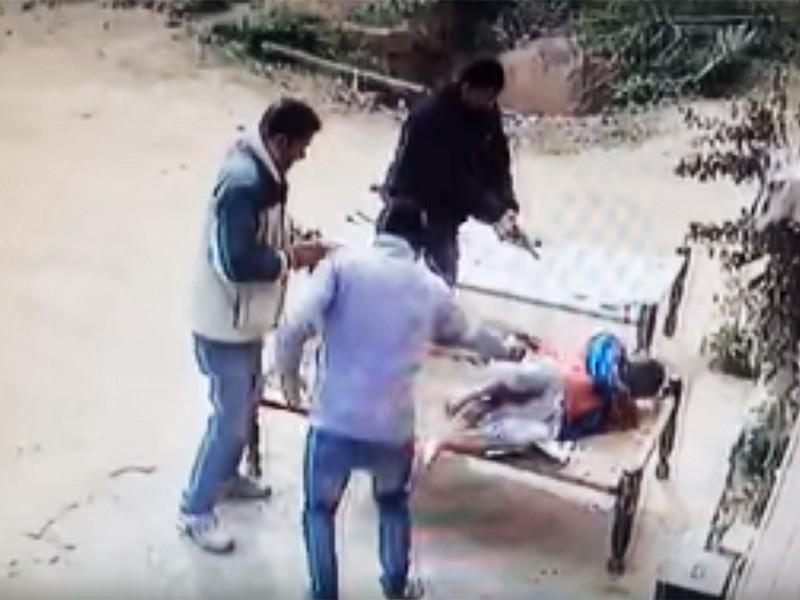 Полиция индийского штата Уттар-Прадеш расследует жестокое убийство пожилой женщины, которая собиралась выступить в суде по делу об убийстве родственника, пишет The Hindustan Times. Свидетельницу расстреляли 24 января в деревне Сароха в окрестностях города Мератх, когда она отдыхала на лежаке на улице