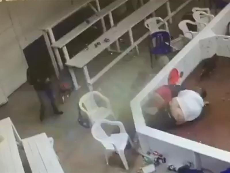 В мексиканском штате Чиуауа проведение подпольных петушиных боев завершилось бойней. В помещение, где проводились схватки домашних птиц, ворвались неизвестные с автоматическим оружием в руках. Они убили и ранили два десятка человек, после чего скрылись