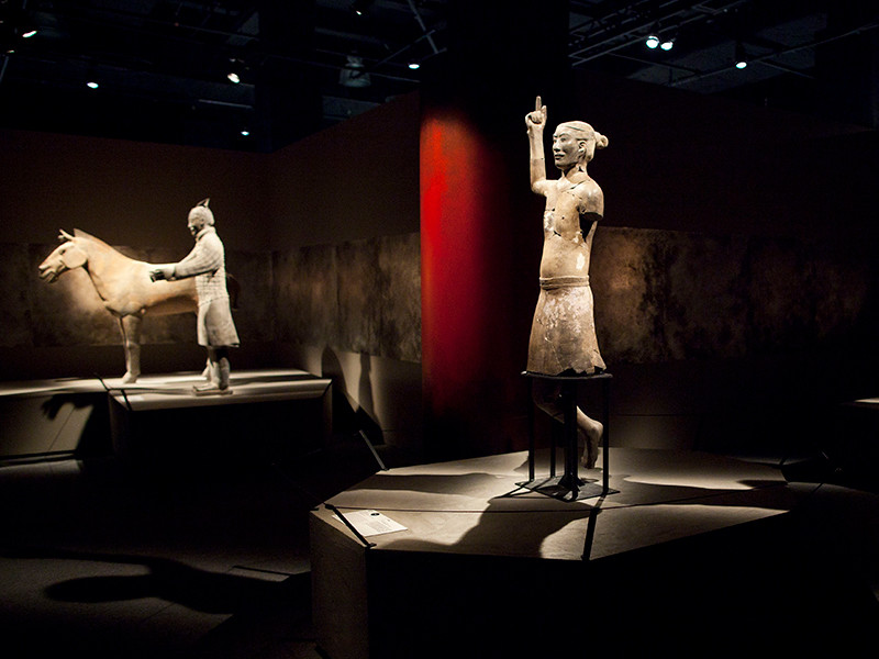 Американец, делая селфи в музее, отломил и похитил палец китайской статуи из «терракотовой армии»