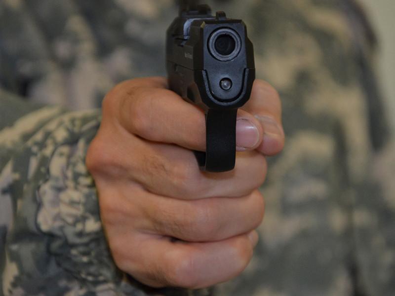 Днем 8 июня рядом с гимназией N63 в Челябинске обстреляли из пневматики двоих детей. Стрелка уже задержали. По предварительным данным, он был возмущен тем, что школьники лазали по крышам гаражей