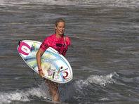 Однорукая серфингистка обошла лидера мирового рейтинга на турнире в Фиджи