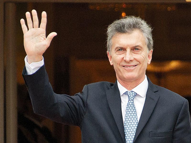 Президент Аргентины Маурисио Макри присоединился к футбольным болельщикам, призывающим Лионеля Месси не покидать национальную команду после обидного поражения в финале розыгрыша Кубка Америки
